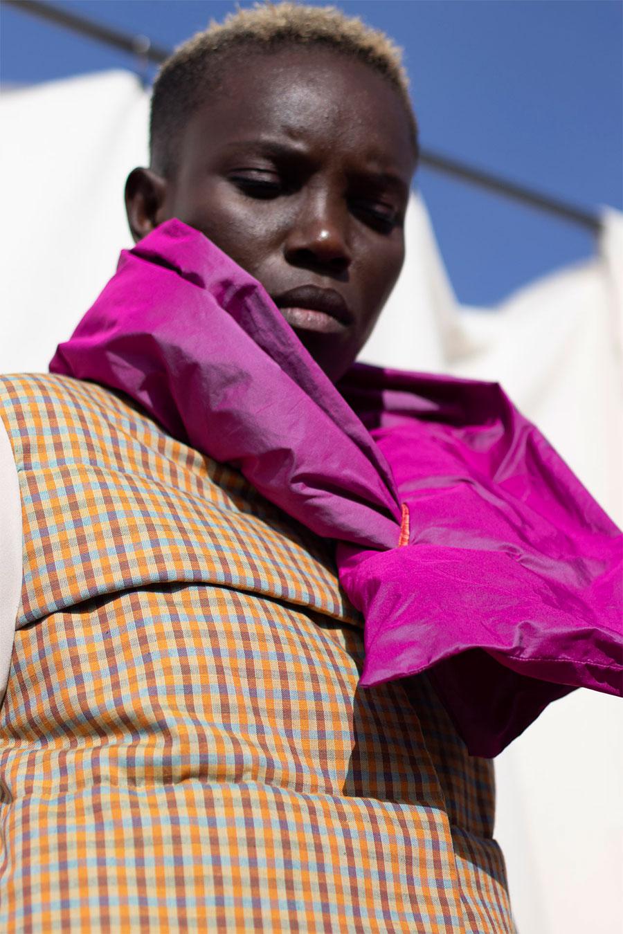 abrigo guateado de cuadros con bufanda