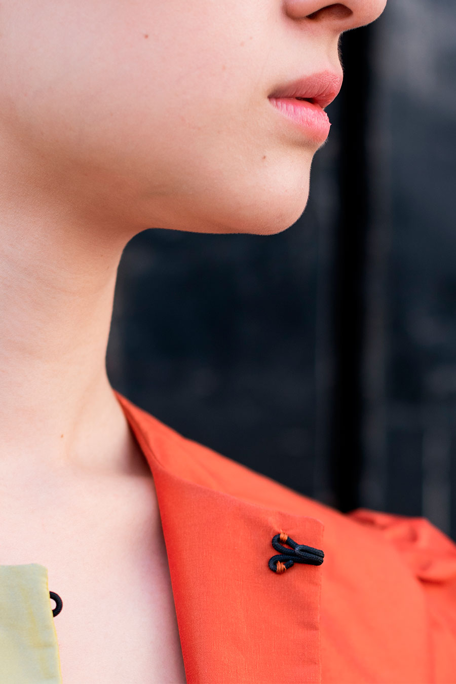 detalle de chaqueta de verano bicolor