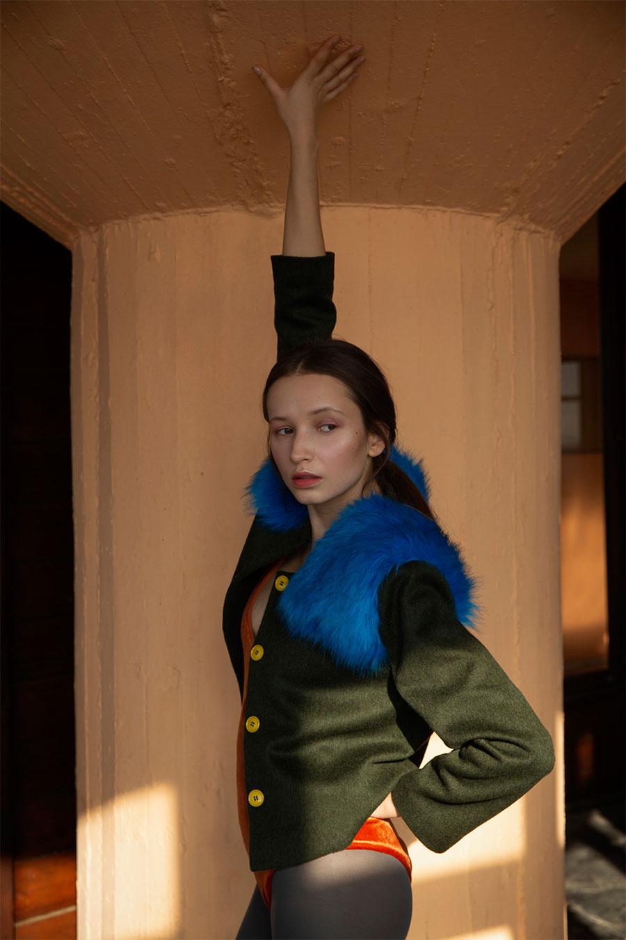 chaqueta de lana verde con hombreras de pelo azul